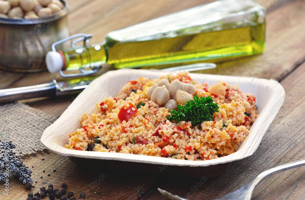 Couscous Salat - Taboulé, in Palmblatt-Teller / rustikal mit Besteck ...