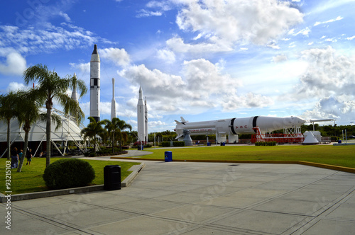 Montage in der Fensternische Nasa Cape Canaveral, Florida, USA - May 6, 2015: Apollo rockets on displayin the rocket garden at Kennedy Space Center