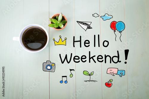Fotografía  Hola mensaje de fin de semana con una taza de café