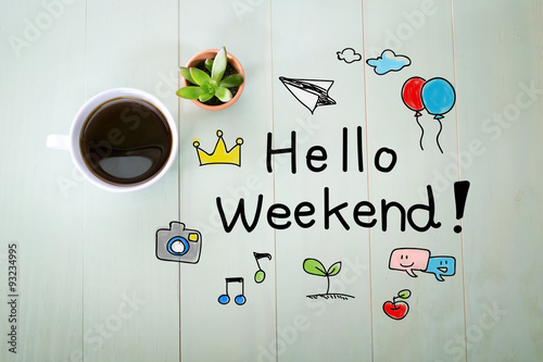Láminas  Hola mensaje de fin de semana con una taza de café