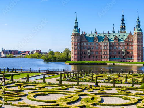 Foto Park and Palace Frederiksborg Slot, palace in Hillerod, Denmark