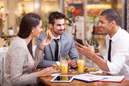 Foto Business people enjoy in lunch at restaurant