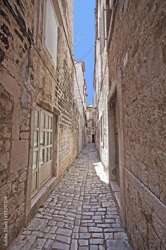 trogir-chorwacja-waska-brukowana-ulica-w-centrum-trogiru-antyczne-miasto-dalmacji-zalozone-4000-lat-temu