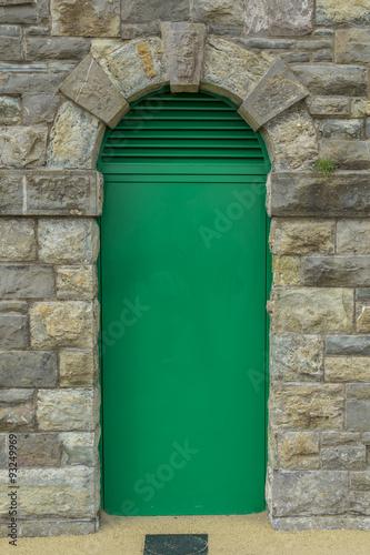zielone-drzwi-w-starym-ceglanym-murze