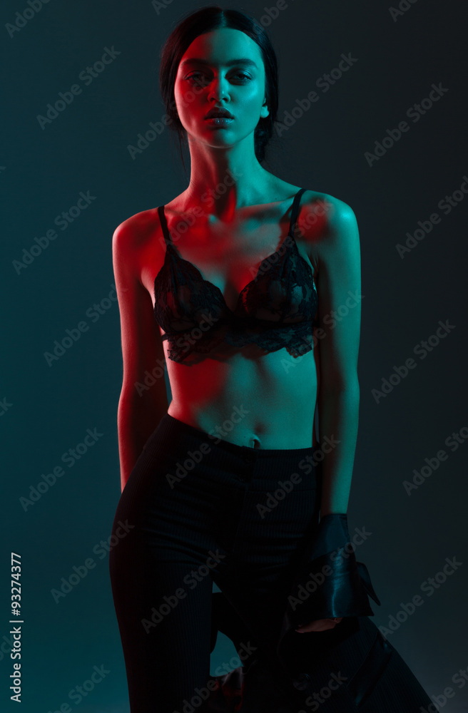 ced4a8f3cfb3 Fotografía Moda chica rojo luz azul en estudio | Europosters.es