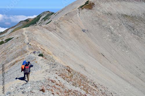 Foto op Plexiglas Alpinisme 尾根を歩く登山者