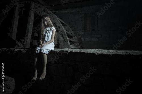 Horror dziewczyna w białej sukni