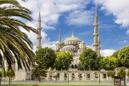 Montage in der Fensternische Denkmal Sights of Turkey. Blue mosque in Istanbul. Famous Turkish monument.