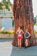 Femme et fillette au pied du Séquoia géant à Pélussin
