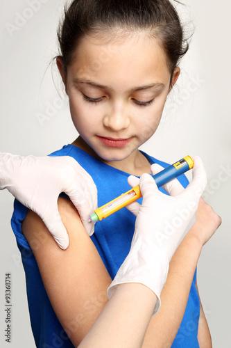 lekarz-diabetolog-zastrzyk-dziewczynka-chora-na-cukrzyce-podczas-podawania-zastrzyku-z-insuliny