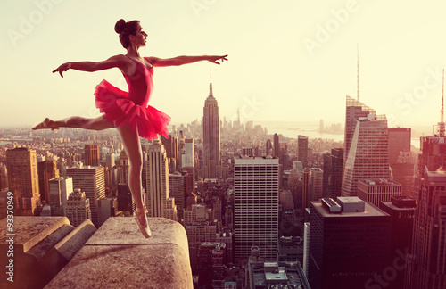 Fotografiet  Ballet Dancer in front of New York Skyline