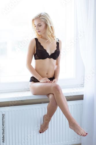 Fotografía  Sexy girl in lingerie sitting on the windowsill