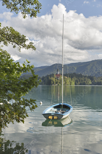 maly-jacht-cumujacy-na-jeziorze-krwawil-slowenia