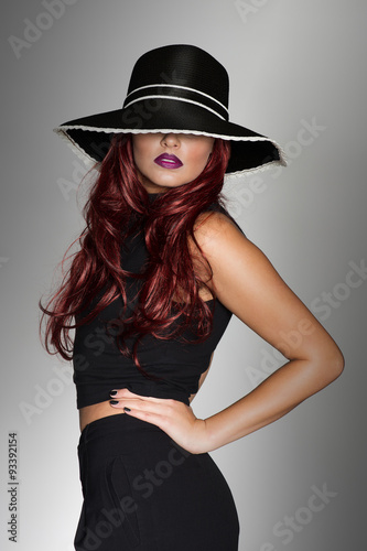 Photo Elegant woman in a stylish black outfit