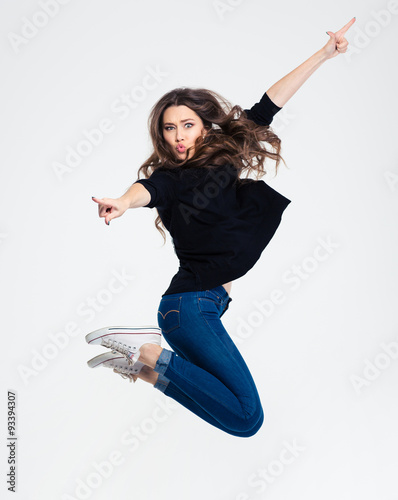 Photo  Portrait of a beautiful casual woman jumping