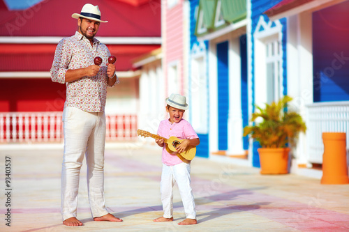 Photo  happy family playing music and dancing on caribbean street