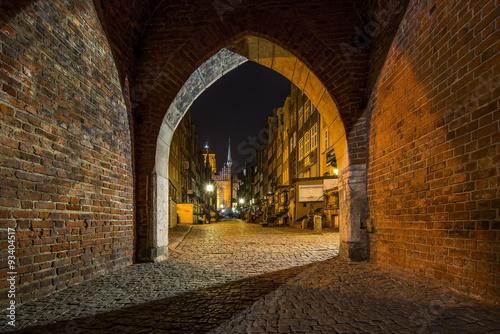 gdansk-polska-stara-brama-w-nocy