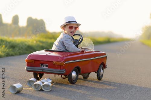 plakat kind met de auto op vakantie