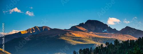 Foto auf Gartenposter Gebirge Longs Peak at Sunset Panorama