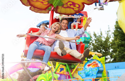 Poster Amusementspark Senior couple in amusement park