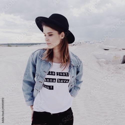 девушка в шляпе на белом песке
