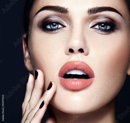 Fotografía  sensual glamour portrait of beautiful  woman model lady with fresh daily makeup