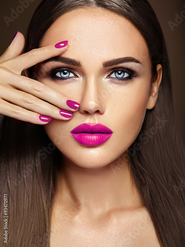 Photo  sensual glamour portrait of beautiful  woman model lady with fresh daily makeup