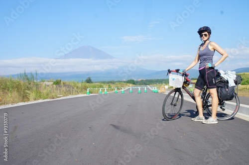 Fotografie, Obraz  Cycling past Mt. Fuji