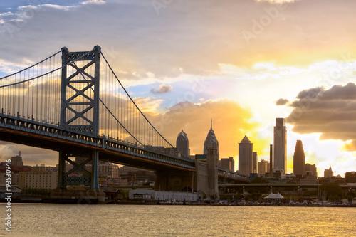 filadelfia-linia-horyzontu-i-ben-franklin-most-przy-zmierzchem-stany-zjednoczone