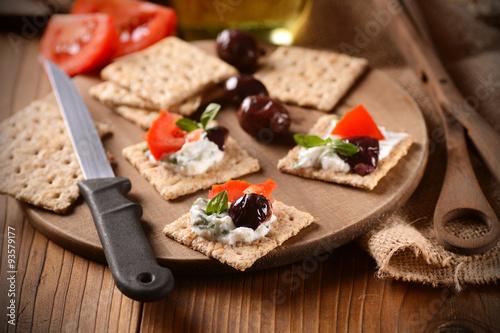 Fényképezés  spuntino con formaggio alle erbe, olive e pomodoro