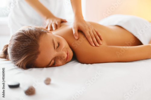 La pose en embrasure Spa Body care. Spa body massage treatment.