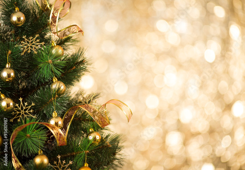 Poster Bomen Christmas tree background with gold blurred light
