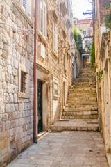 Fototapeta Wąska ulica i schody na Starym Mieście w Dubrowniku, Chorwacja, śródziemnomorska ambient