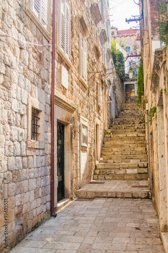 waska-ulica-i-schody-na-starym-miescie-w-dubrowniku-w-chorwacji-w-otoczeniu-srodziemnomorskim