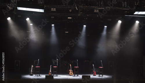 Plakat Gitara i inny sprzęt muzyczny na scenie przed koncertem