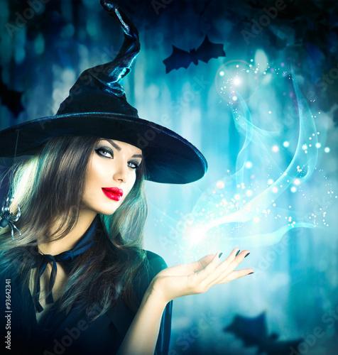 Fotografie, Obraz  Halloween čarodějnice drží magické světlo v ruce