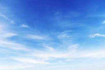 Fantastyczne miękkie białe chmury na tle błękitnego nieba