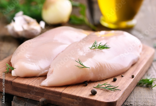 Tuinposter Kip Chicken breasts on cutting board