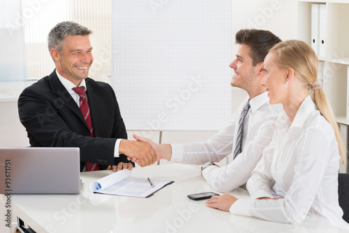 Photo  Estate Agent Shaking Hands With Couple
