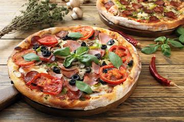 Fototapeta Do pizzerii pizza su tavolo di legno rustico