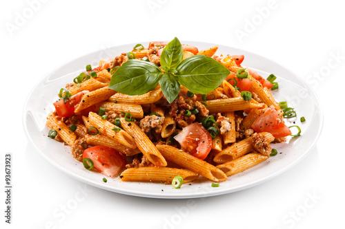 Foto Penne mit Fleisch, Tomatensauce und Gemüse