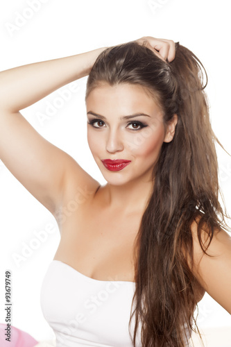 Photo  smiling beautiful young woman posing on a white