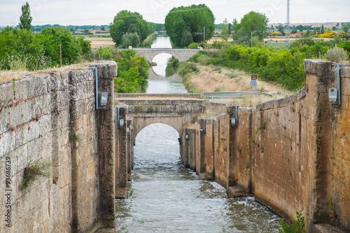 Paisaje de dos puentes en el Canal de Castilla a su paso por Palencia en Castilla Leon