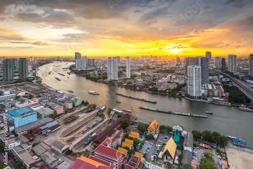 Photo View of Chaophraya river at twilight time, Bangkok, Thailand