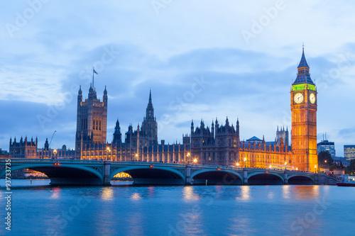 palac-westminster-big-ben-w-nocy-londyn-anglia-wielka-brytania