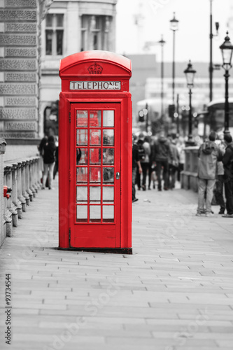 Papiers peints Rouge, noir, blanc Traditional old style red telephone box in London