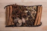 Świąteczne przyprawy - cynamon, anyż, wanilia, kardamon, gałka muszkatołowa, goździki