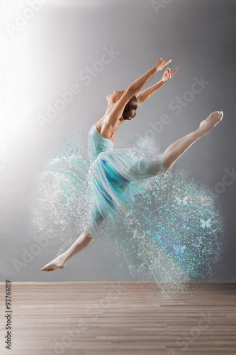 obraz dibond Beautiful female ballet dancer jump, grey background