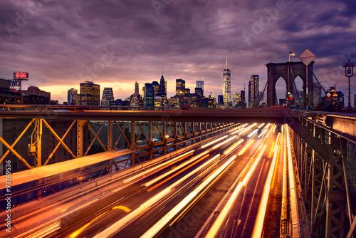 Naklejka premium Nocny ruch samochodowy na Brooklyn Bridge w Nowym Jorku