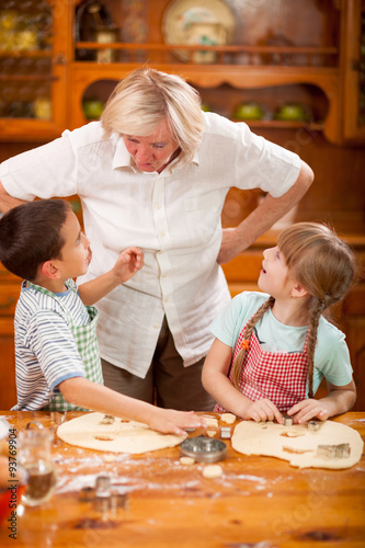 Poster Cuisine Grandmother scolds his grandchildren about mess in the kitchen